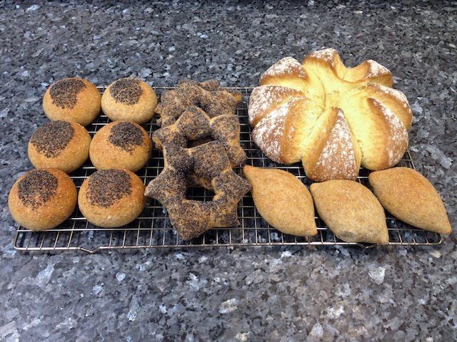 Learning about breads: wholemeal sesame rolls, Pain d'toile de pavot (poppy seed stars) & soda bread